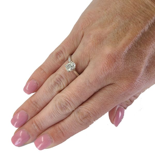 Oval-cut-diamond-engagement-ring