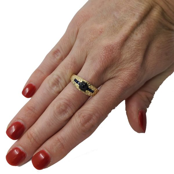 Cabochon-Sapphire-and-yellow-gold-ring
