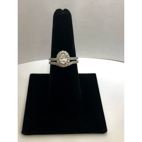 OVAL HALO DIAMOND SET  Jerald Jewelers Latrobe, PA